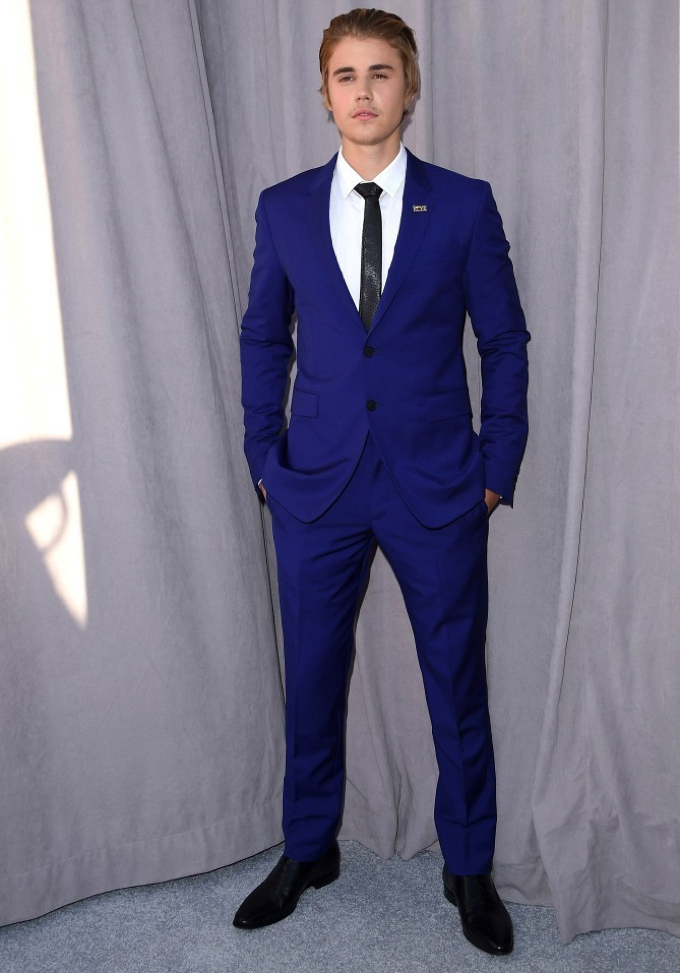 Justin-Bieber-Comedy-Central-Roast-2015-Photo-Blue-Suit